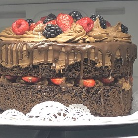 Pastel de chocolate y frutos rojos / Naked Chocolate Cake